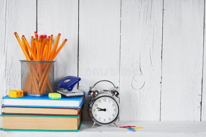 Libri e strumenti della scuola su uno scaffale di legno fotografie stock libere da diritti
