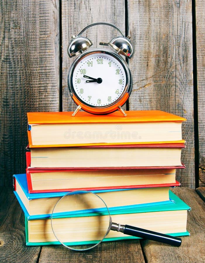 Libri e una sveglia fotografia stock