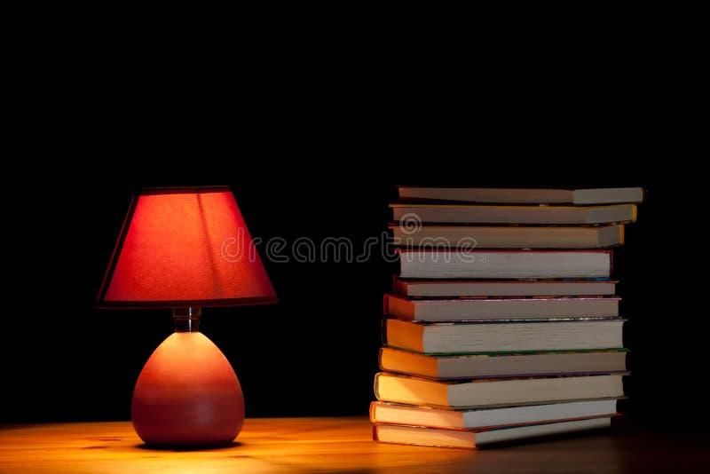 Libri illuminating della lampada immagini stock