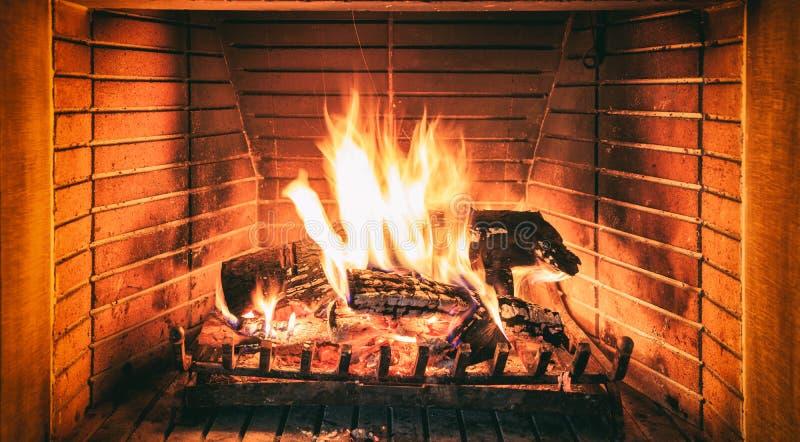 Libri macchina che bruciano in un camino immagini stock libere da diritti
