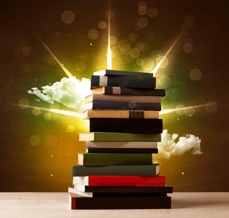 Libri magici con il raggio delle luci magiche e delle nuvole variopinte illustrazione vettoriale