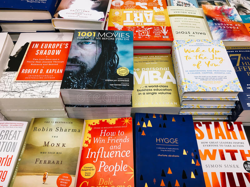 Libri moderni e classici della letteratura da vendere nel deposito di libro delle biblioteche immagini stock libere da diritti