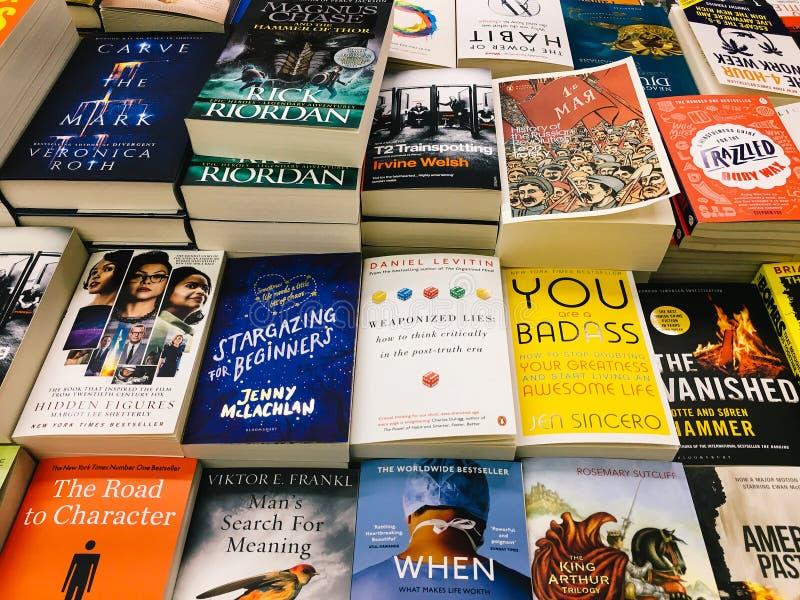 Libri moderni e classici della letteratura da vendere nel deposito di libro delle biblioteche fotografia stock libera da diritti