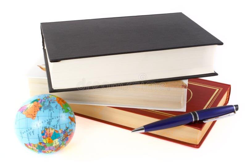 Libri, penna e globo fotografia stock