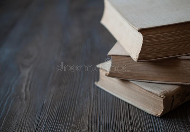 Libri per la lettura, letteratura educativa, un insieme dei libri fotografie stock