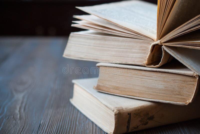 Libri per la lettura su un fondo scuro fotografie stock libere da diritti