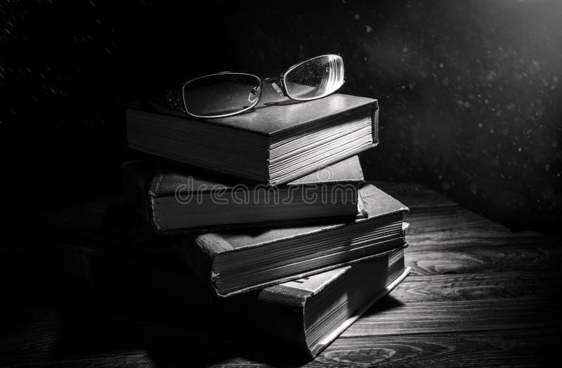 Libri polverosi nel riflettore fotografia stock