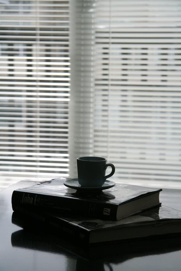 Libri posti sulla tabella fotografia stock