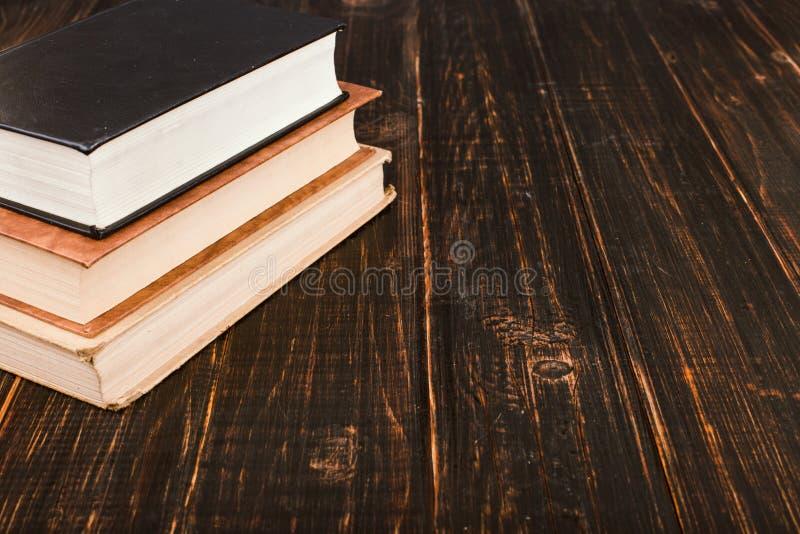 Libri su una tavola di legno Teacher' concetto di giorno di s e di nuovo a scuola fotografia stock libera da diritti