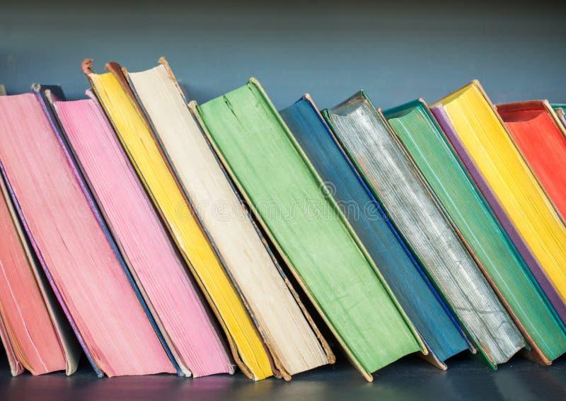 Libri sullo scaffale, fondo bookshelves immagine stock libera da diritti