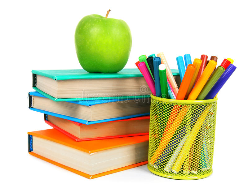 Libri, una mela e matite Su fondo bianco immagine stock libera da diritti