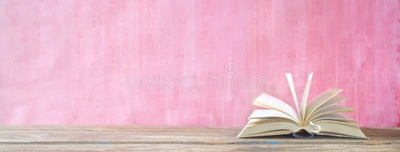 Libro abierto, cierre para arriba en el fondo sucio, lectura, educación, literatura, aprendiendo, buen espacio de la copia imágenes de archivo libres de regalías