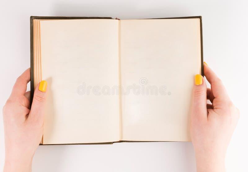 Libro abierto en blanco aislado, vista delantera de parte delantera superior hardcover marrón imágenes de archivo libres de regalías