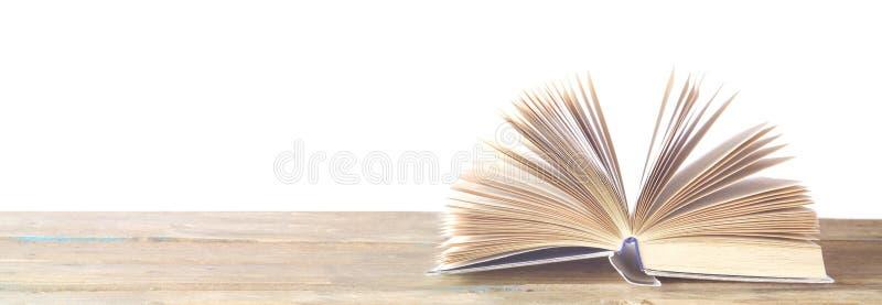 Libro abierto en el fondo blanco, leyendo la educación, concepto de la literatura foto de archivo