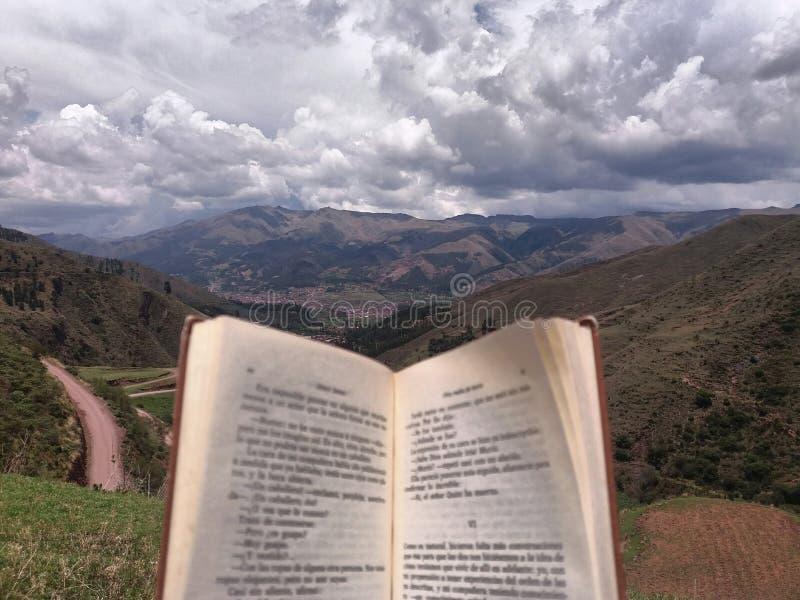 Libro abierto en el primero plano con las nubes en el fondo fotos de archivo