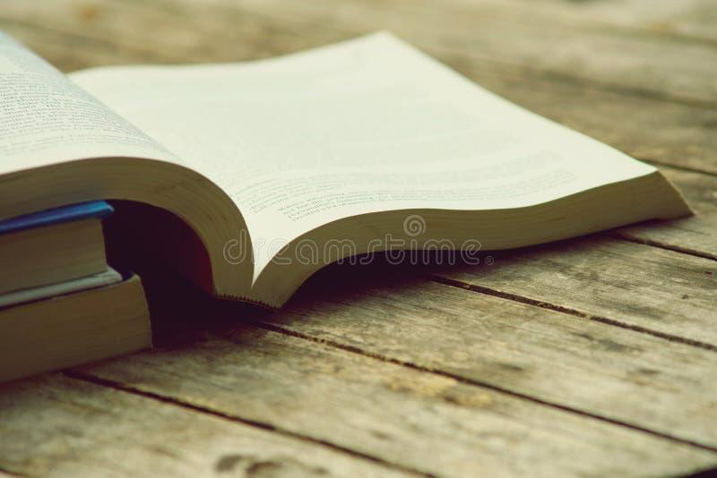 Libro abierto en la tabla de madera en el color de tono del vintage, concepto de la sabiduría, espacio de la copia foto de archivo libre de regalías