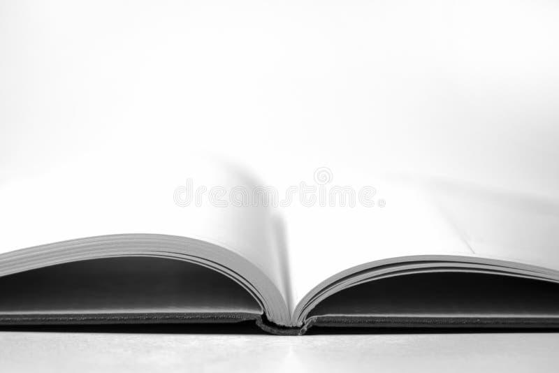 Libro abierto vac?o blanco y negro con las p?ginas en blanco, lectura, concepto del conocimiento, rel?mpago dram?tico, grano imágenes de archivo libres de regalías