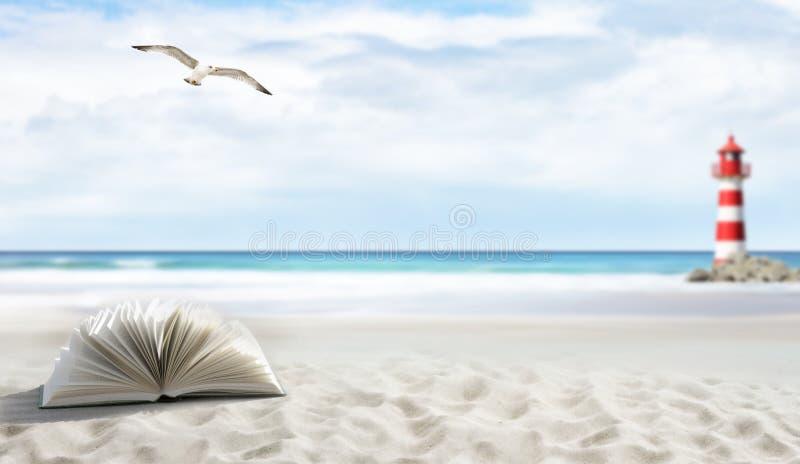 Libro ad una spiaggia fotografia stock libera da diritti