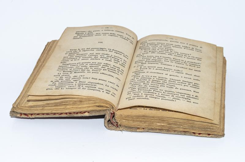 Libro amarilleado viejo en italiano fotos de archivo libres de regalías