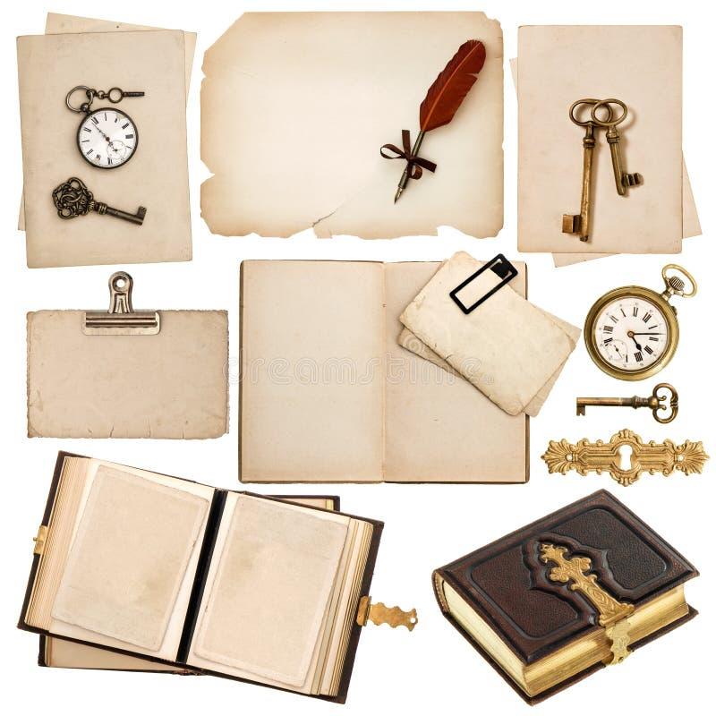 Libro antico ed accessori d'annata isolati su bianco fotografia stock