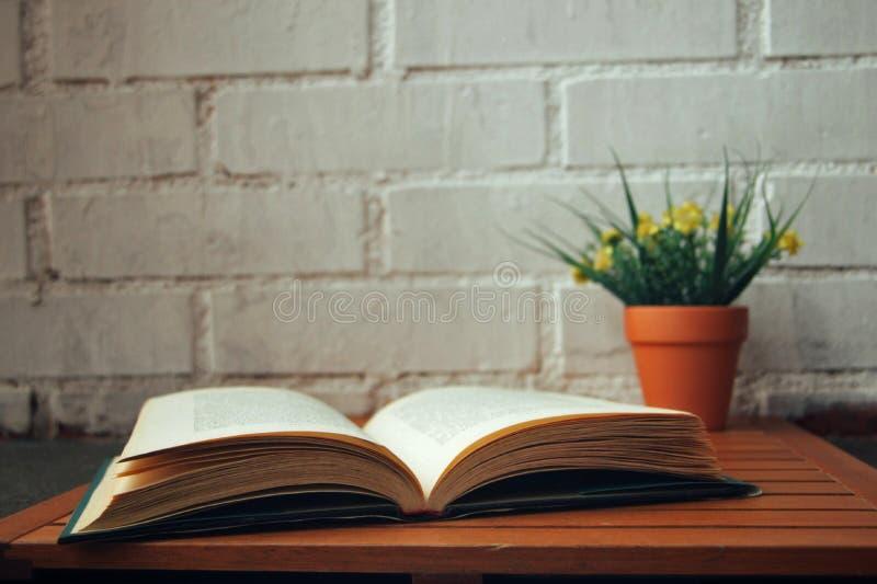 Libro aperto con alcuni fiori accanto  fotografia stock