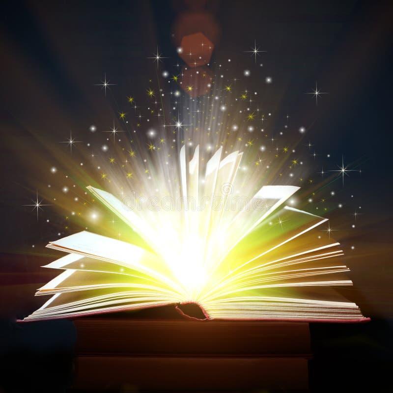 Libro aperto con le luci magiche fotografia stock