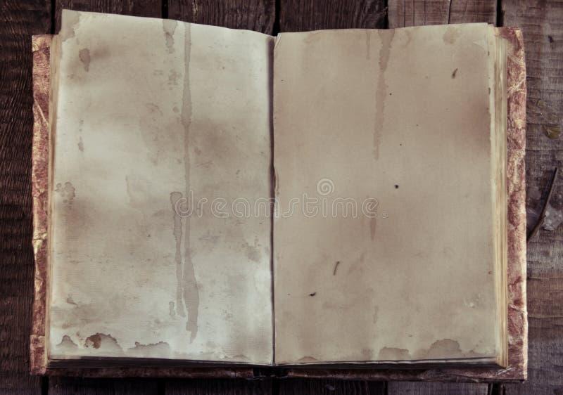 Libro aperto con le vecchi pagine e spazio vuoti sulla tavola della strega, vista superiore della copia immagini stock