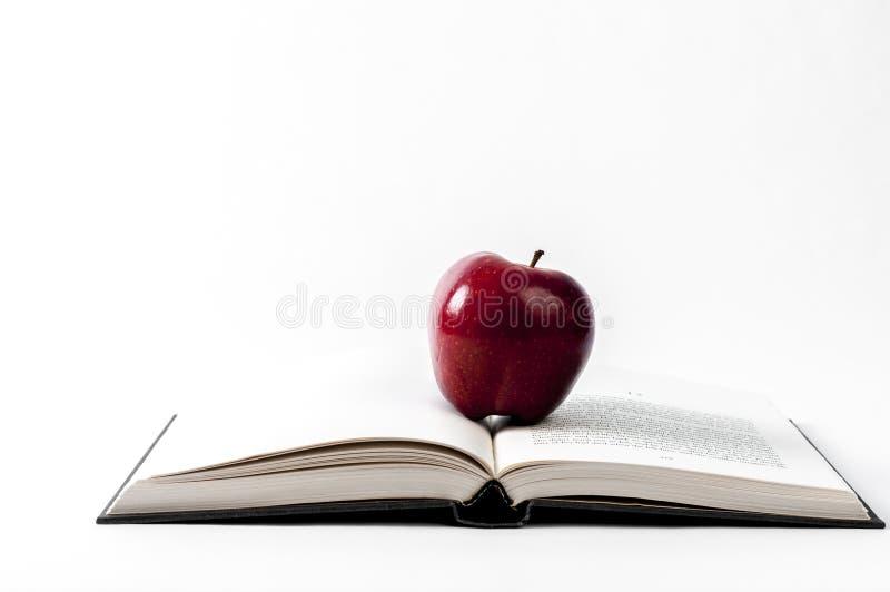 Libro aperto e una mela immagini stock libere da diritti