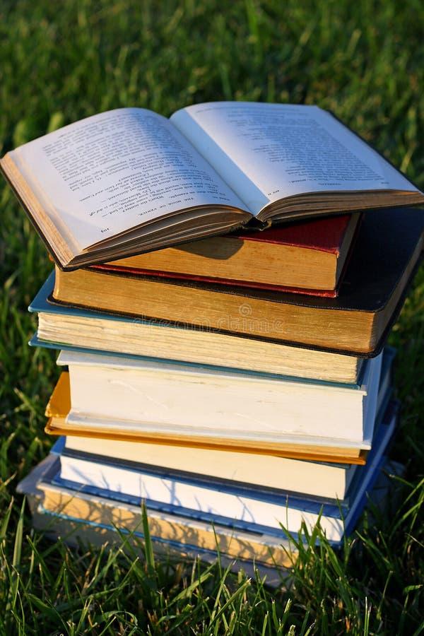 Libro aperto sopra la pila immagine stock libera da diritti