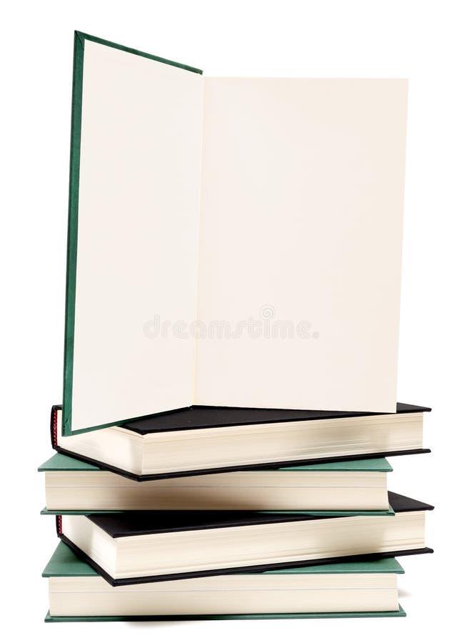 Libro aperto sulla pila di libri isolati con lo spazio della copia fotografia stock