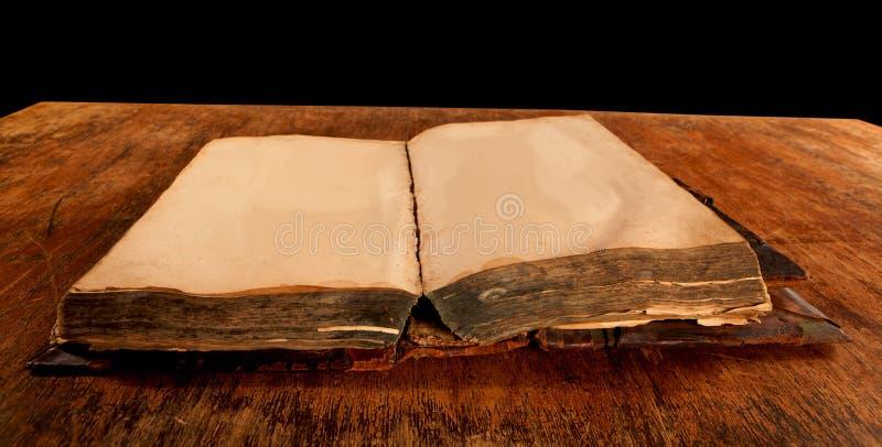 Libro aperto vecchio oggetto d'antiquariato sulla tavola fotografia stock libera da diritti