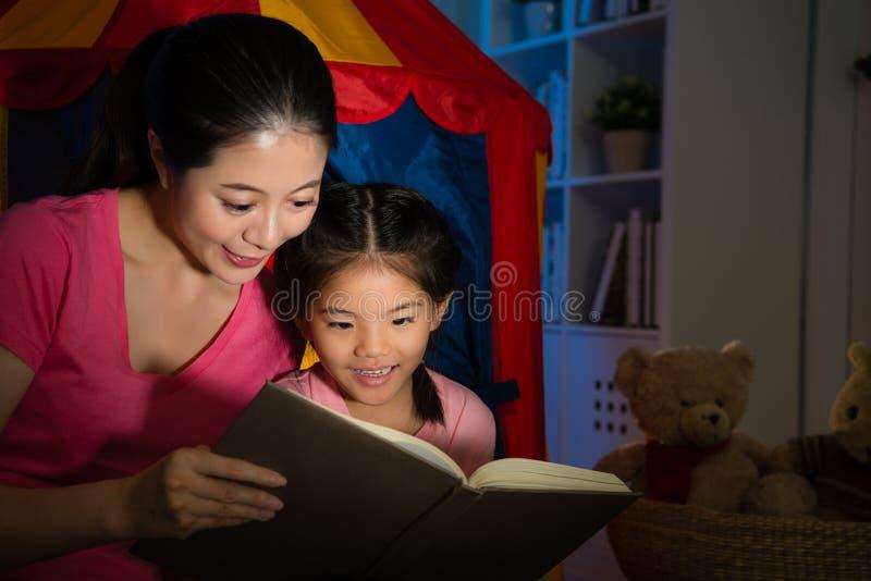 Libro attraente dolce di storia della lettura della bambina immagini stock libere da diritti