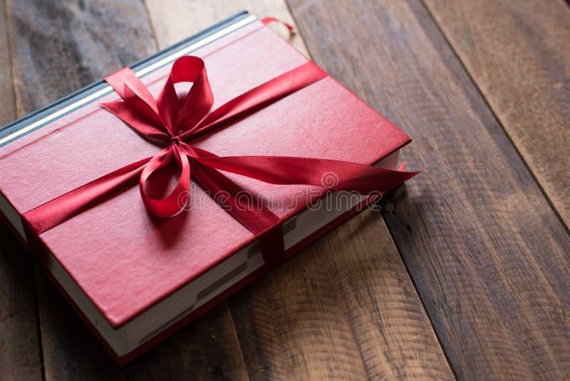 Libro avvolto con il nastro come regalo immagini stock
