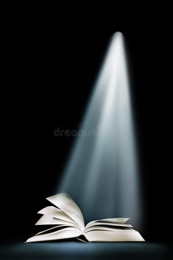 Libro bajo haz luminoso imagen de archivo libre de regalías