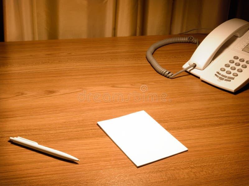 Libro Bianco in bianco sullo scrittorio fotografia stock