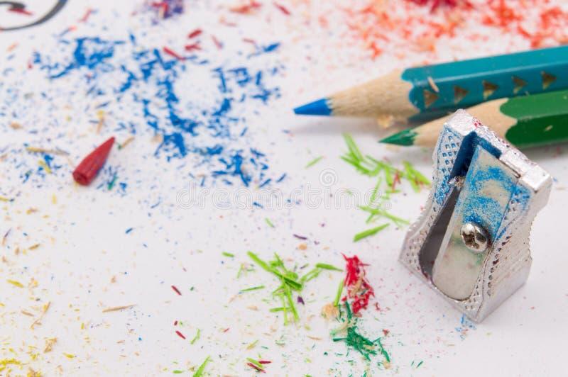 Libro Bianco coperto in matite colorate che affilano le rimanenze fotografie stock libere da diritti