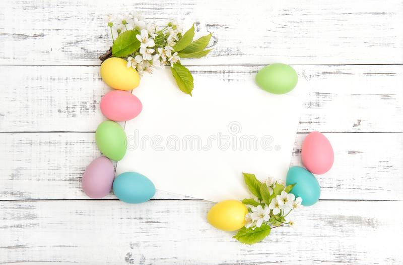 Libro Bianco dei fiori di ciliegia della decorazione delle uova di Pasqua immagini stock