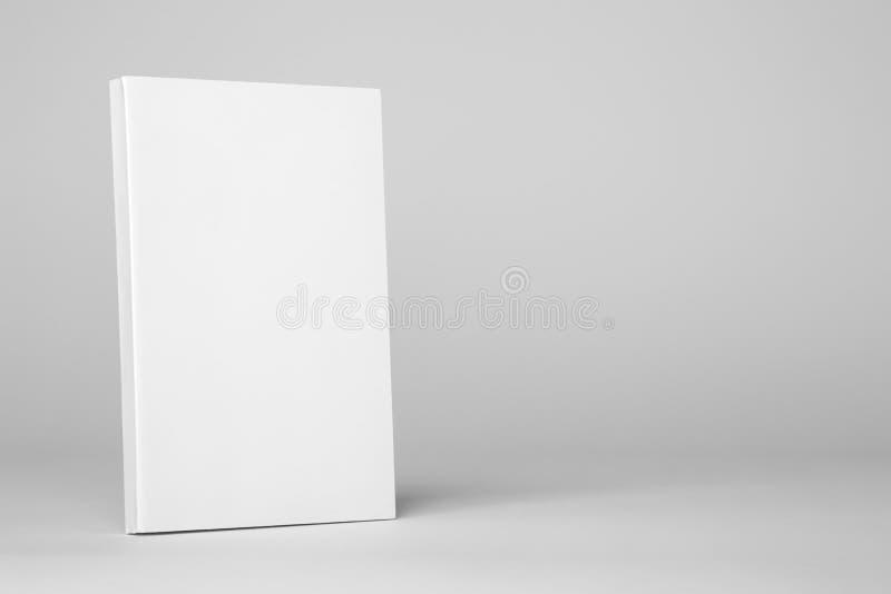 Libro bianco del libro in brossura reale su un fondo grigio fotografia stock libera da diritti
