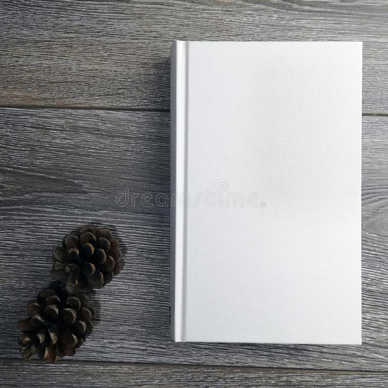 libro bianco su struttura di legno fotografie stock