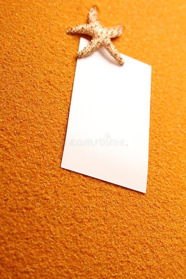 Libro Bianco sul giallo sabbia fotografia stock libera da diritti