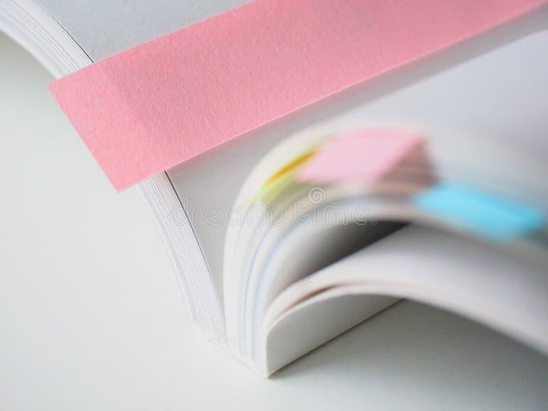 Libro blanco con las señales coloridas imágenes de archivo libres de regalías