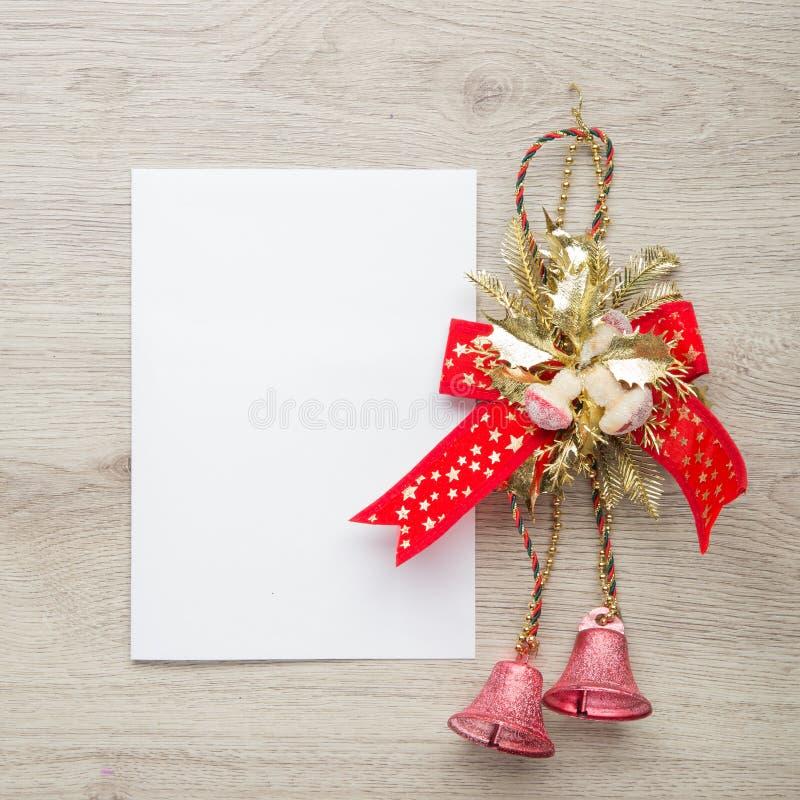 Libro Blanco del espacio en blanco de la tarjeta de Navidad en la madera foto de archivo libre de regalías