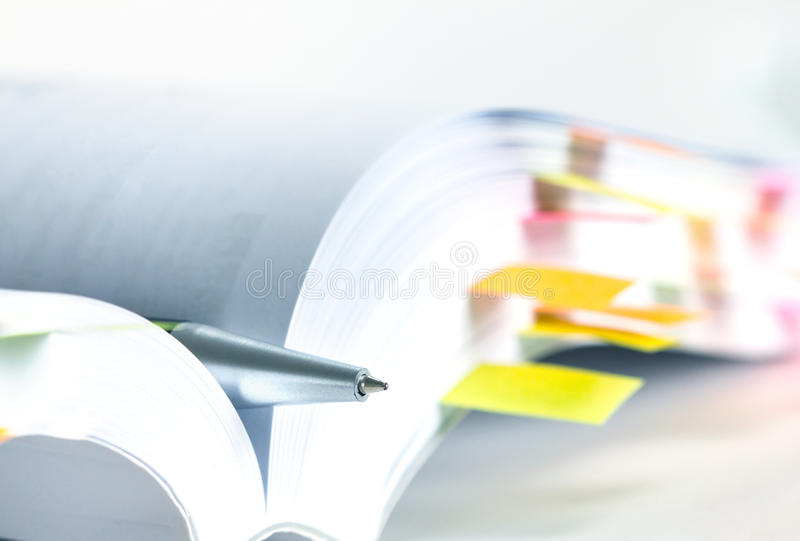 Libro blanco marcado por la nota pegajosa foto de archivo