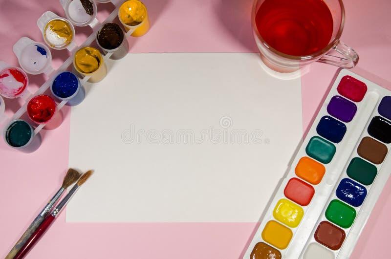 Libro Blanco para dibujar y los colores foto de archivo