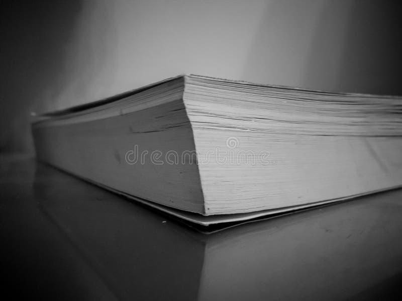 Libro blanco y negro del misterio fotos de archivo libres de regalías