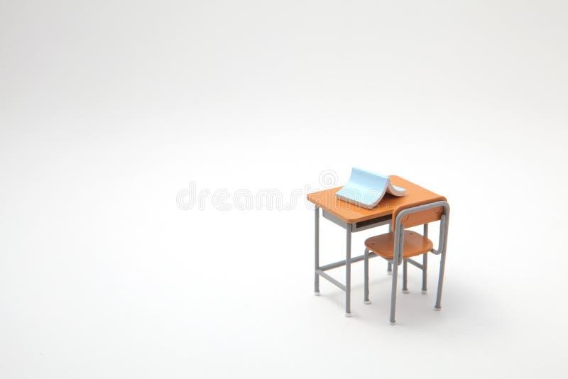 Libro blu e scrittorio d'apprendimento miniatura immagine stock libera da diritti