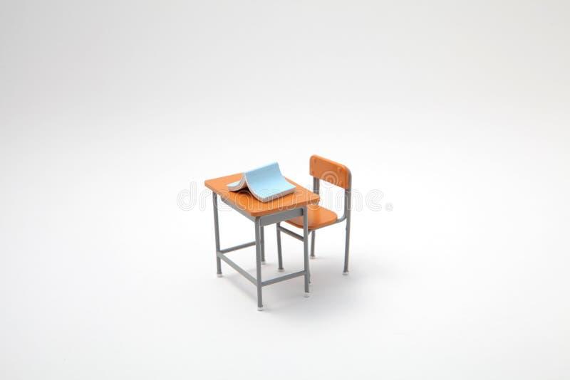 Libro blu e scrittorio d'apprendimento miniatura fotografia stock libera da diritti