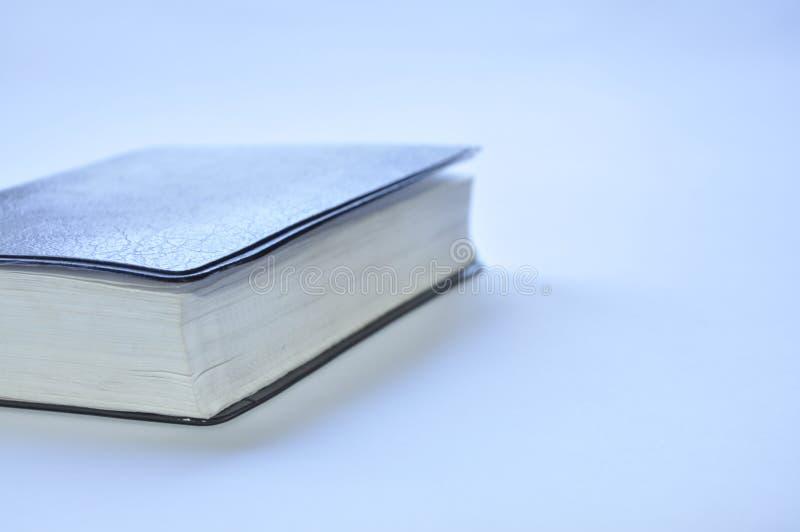 Libro cerrado la biblia en la tabla imagen de archivo