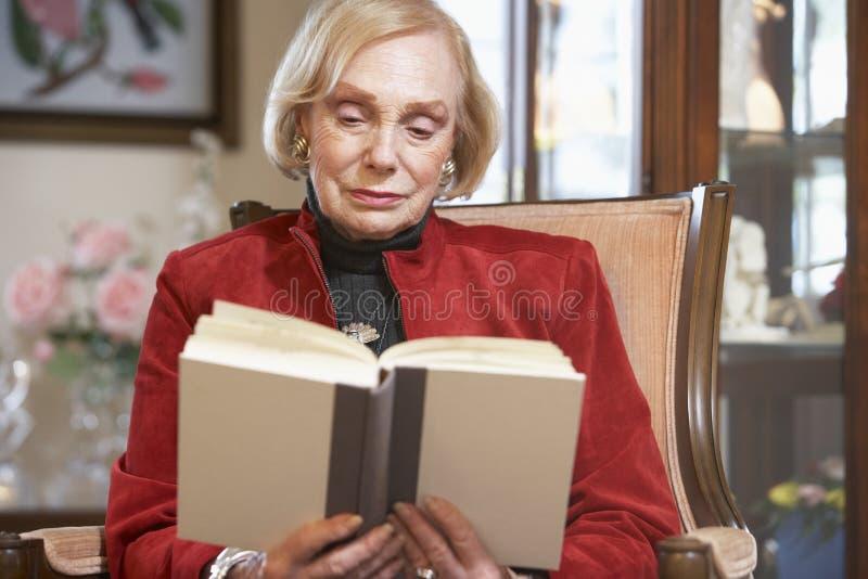 libro che legge donna maggiore immagine stock