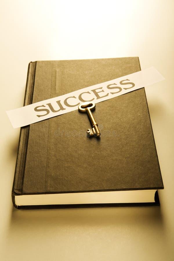 Libro, clave y escritura de la etiqueta del éxito fotos de archivo